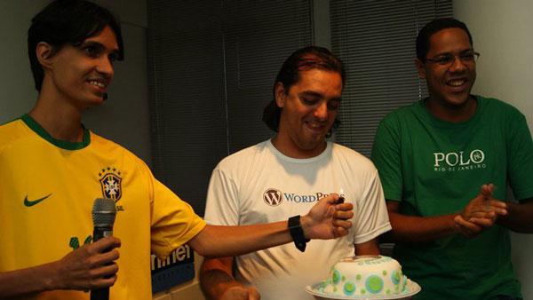 """Eu sem graça recebendo o """"bolo surpresa"""" no aniversário de 38 anos em 2011"""