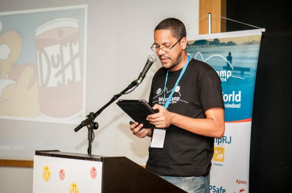 Poema surpresa do amigo @gugaalves (nem nós da organização sabíamos). Geral marejou os olhos na abertura do evento! (Foto: Camila Balthazar)