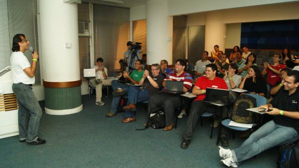 Eu palestrando pela 1ª um tema sobre WordPress (Fui convencido pelo @castroalves)